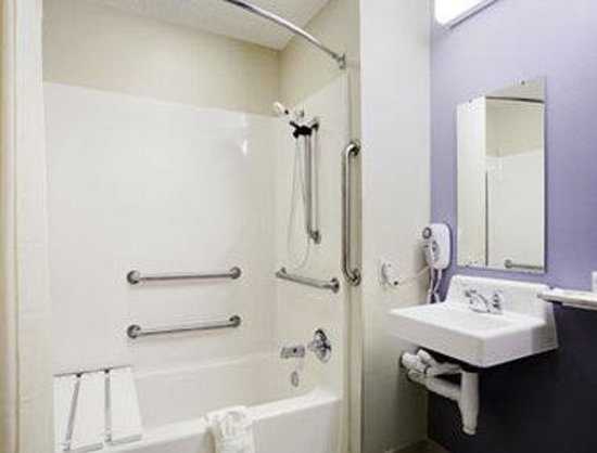 Microtel Inn and Suites by Wyndham Hazelton/Bruceton Mills: ADA Bathroom