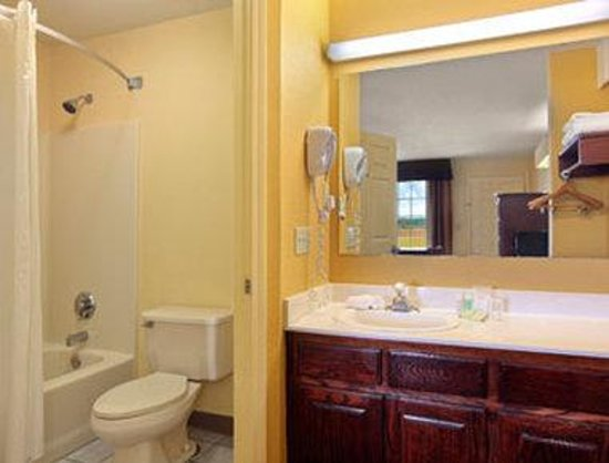 Super 8 Garner/Clayton/Raleigh: Bathroom