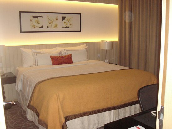 Rendezvous Hotel Singapore by Far East Hospitality: King bed - extremely hard