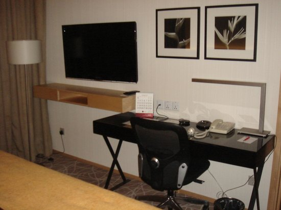 Rendezvous Hotel Singapore by Far East Hospitality: Desk in bedroom