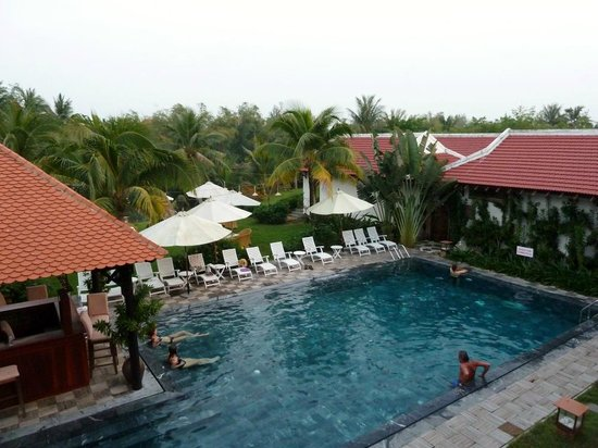 Hoi An Riverside Bamboo Resort: Swimmingpool and gardens