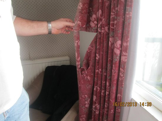 The Waverley Hotel: Curtains in bedroom.........