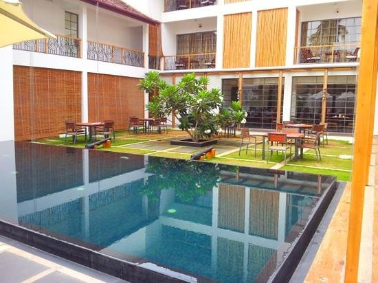 Eighth Bastion Hotel: Pool & Restaurant in the court yard
