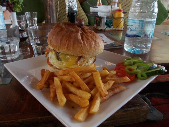 Acacia Dahab Hotel: Monster burger, chosen by my son, but they had an extensive menu
