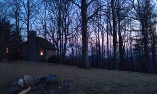 Fire Mountain Inn: Our cozy cabin at sunset.