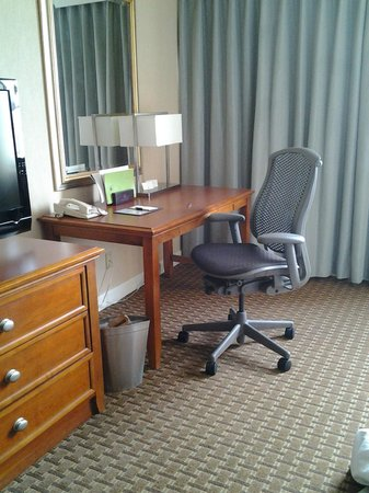 DoubleTree by Hilton Baltimore North - Pikesville: King Room Desk Area