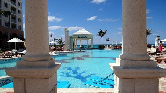 Sandals Royal Bahamian Spa Resort & Offshore Island: Gorgeous pool overlooking the ocean
