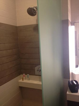 The Palms Casino Hotel: half enclosed shower with lukewarm water :(