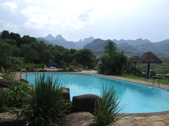 Cathedral Peak Hotel: The pool with its back drop