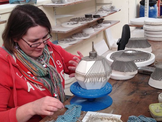 Belleek, UK: Creating lattic dish