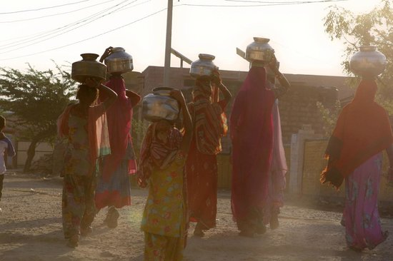Chandelao Garh: Women carrying water through Chandelao