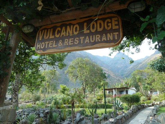 Vulcano Lodge: View at the entrance.