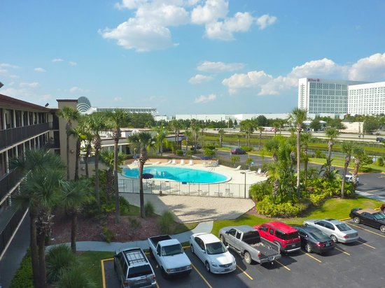 Days Inn Orlando Convention Center/International Drive: Vista p/a International Drive, do 2 piso corredores, o prdio branco  o Centro de Conveno Orl