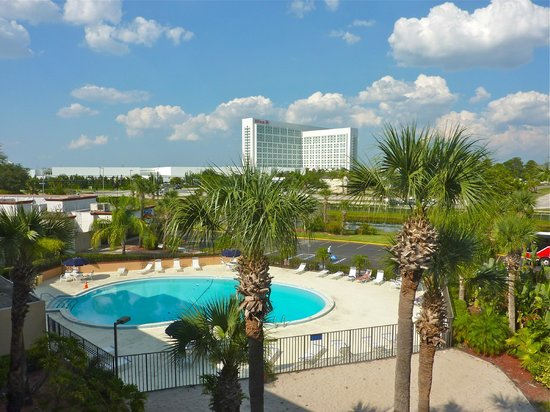 Days Inn Orlando Convention Center/International Drive: Vista p/a International Drive, do 3 piso corredores, o prdio branco  o Centro de Conveno Orl