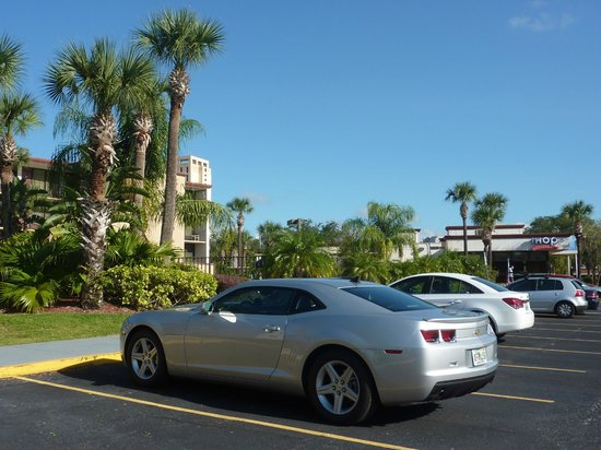 Days Inn Orlando Convention Center/International Drive: Estacionamento do Hotel ao lado o IHOP restaurante