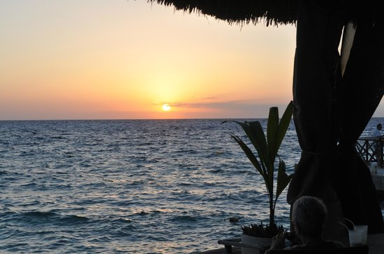 Presidente Inter-Continental Cozumel Resort & Spa: Sunset sitting with friends at palalpas (next to Scuba Du)