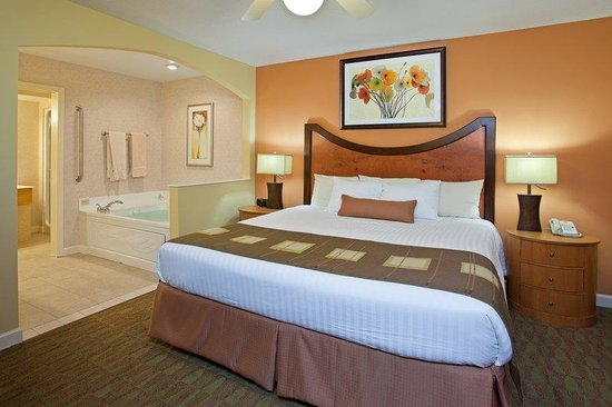 Holiday Inn Club Vacations at Lake Geneva Resort: Jacuzzi Suite master bedroom