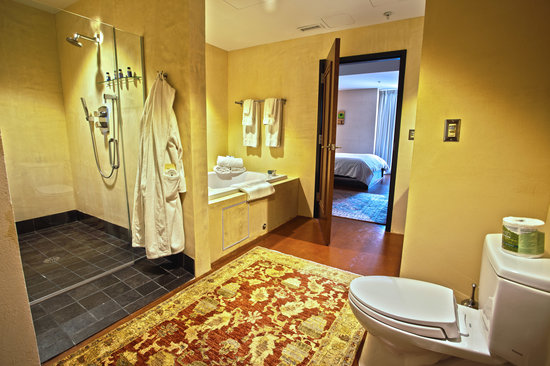 Inn at The Black Olive: Spacious bathroom