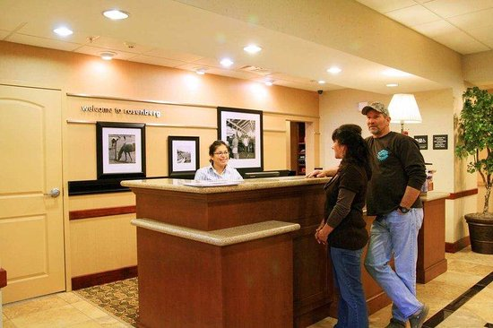 Hampton Inn & Suites Houston-Rosenberg: Front Desk