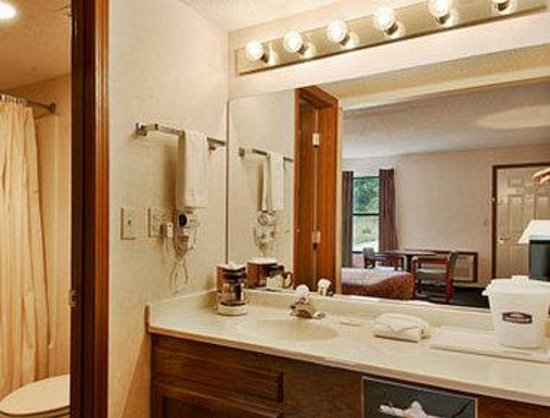 Howard Johnson Hotel - Branson : Bathroom 