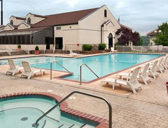 Howard Johnson Hotel - Branson : Pool 