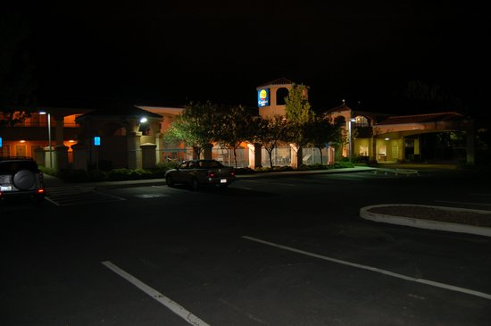 Comfort Inn Livermore: Motel night lighting