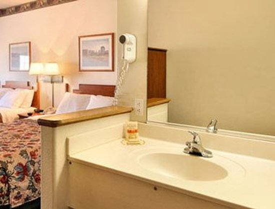 Days Inn and Suites Lordsburg: Bathroom