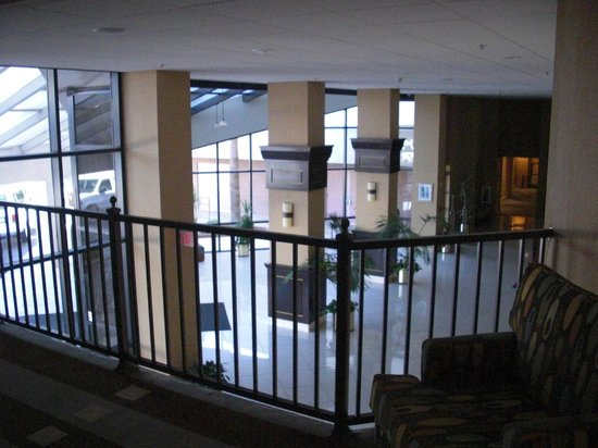 Phoenix Place Hotel &amp; Suites: View of the lobby from the 2nd floor