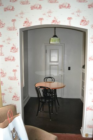 Embassy Hotel Apartments: Small dining room