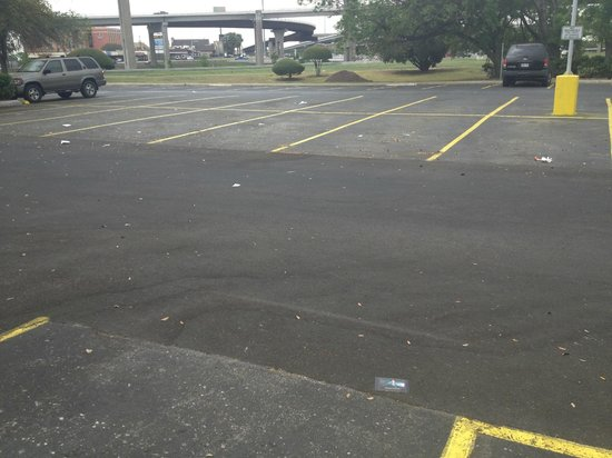 Crowne Plaza Austin: Trash all over the parking lot