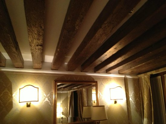 Camera - soffitto con travi di legno a vista - Picture of Hotel Colombina, Ve...