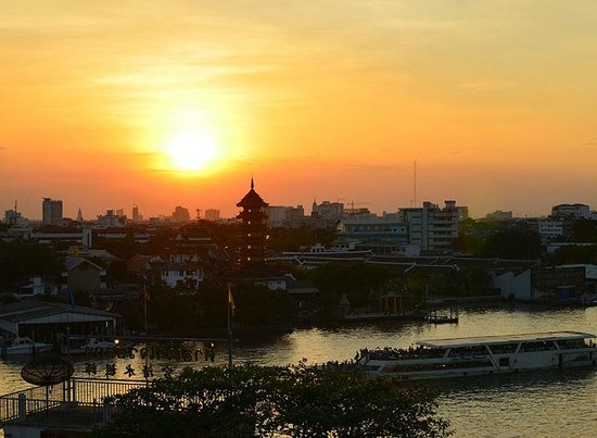 River View Guest House: Sunset over Chao Praya river, from the roof terrace