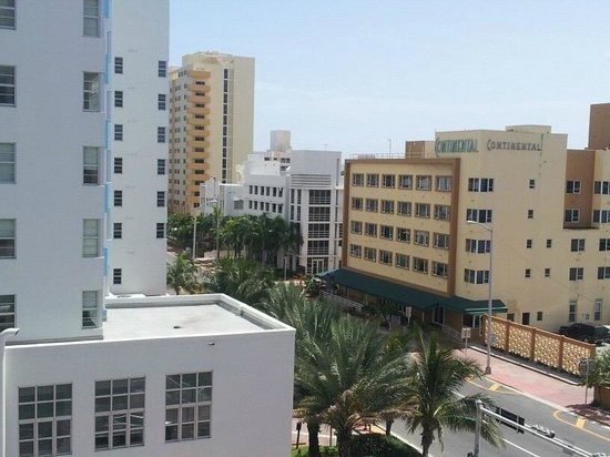 BEST WESTERN Atlantic Beach Resort: The view in the other direction showing the street side