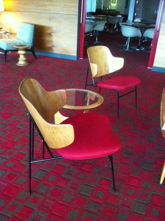 The State House Inn - an Ascend Collection Hotel : Seating outside the bar in the lounge area