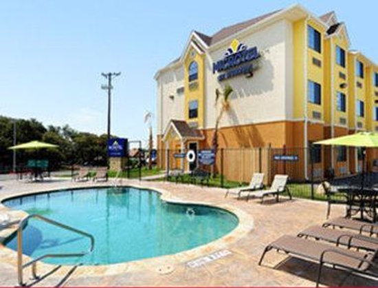 Microtel Inn & Suites by Wyndham New Braunfels: Pool