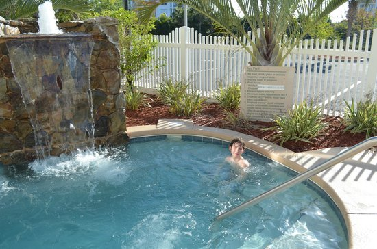 Country Inns &amp; Suites By Carlson, Cape Canaveral: Hottub with waterfall