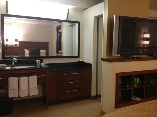 Hyatt Place Princeton: Bathroom sink separate from tub/toilet area