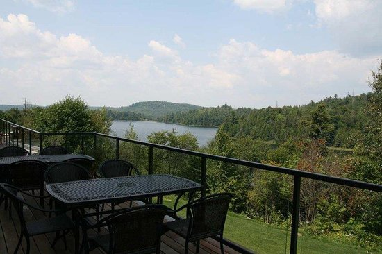 Elliot Lake, แคนาดา: Walk out view from Breakfast Area