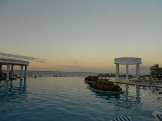 Iberostar Rose Hall Suites: View at the pool