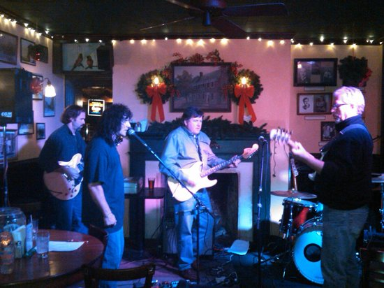 Marietta, Pensilvania: Thursdays is Open Mic night/my husband playing with Scott, Bob and Phil