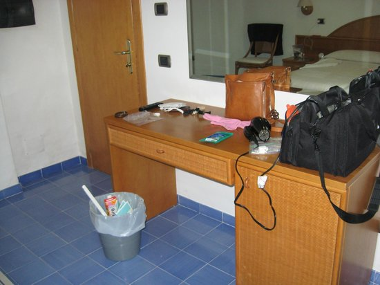 Hotel Sporting: Desk handy as counter space/vanity when chair moved away.