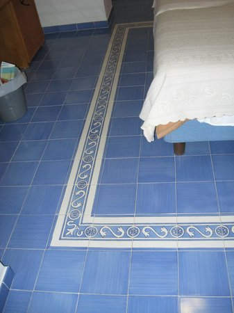 Hotel Sporting: Tile on floor surrounded bed