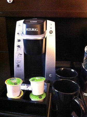Hamilton Crowne Plaza Hotel: Keurig Machine in my room!