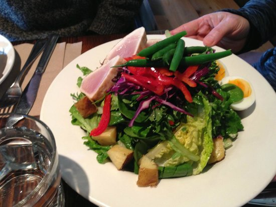 Pemberton, Canadá: Salad with Seared RARE West Coast Albacore Tuna