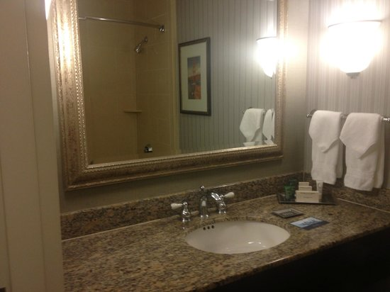 Hilton San Francisco Fisherman's Wharf: Clean, bright, updated bathroom--one bright spot