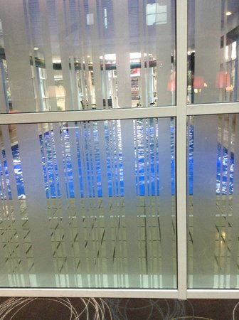 Novotel London Heathrow: Swimming pool taken from the bar