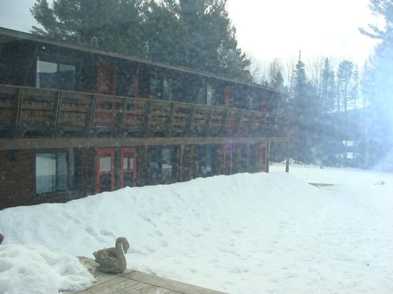 Summit Lodge &amp; Resort : outside of hotel 