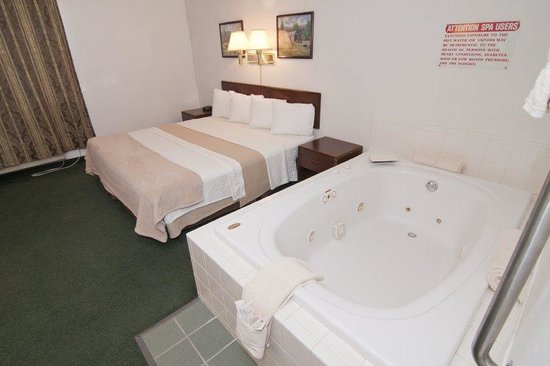 Zumbrota, Minnesota: King Room with Tub
