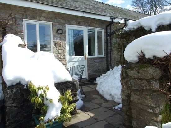 Pen-y-Dyffryn Country Hotel: Coach house patio in snow