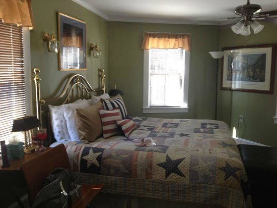 Chez Amis Bed and Breakfast: State House bedroom